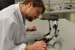 Max adjusting the position of a volumetric microsampling device for Sponge Spray ionisation